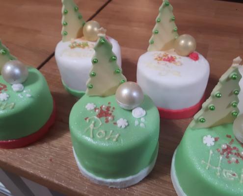 Kleine Cremetörtchen als Dessert zu Weihnachten