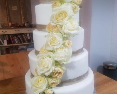 Hochzeitstorte mit Rosenbouquet