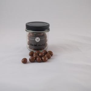 Leicht karamelliesierte Haselnüsse in Vollmilchschokolade