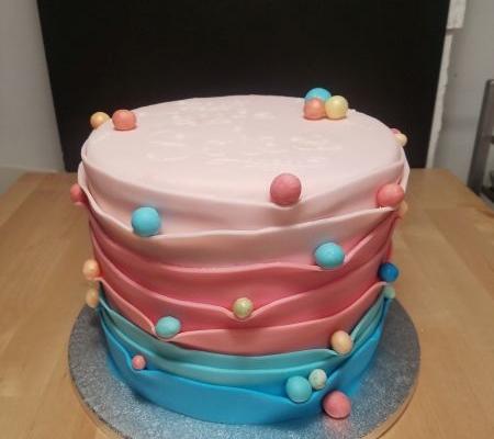 Ribbon cake als Geburtstagstorte mit gewünschtem Farbverlauf.