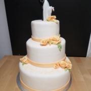 Hochzeitstorte mit zartem Blumendekor und Porzelan-Brautpaar