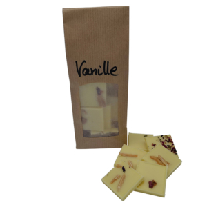 Weiße Schokolade mit Vanillegeschmack, getrockneten Rosen und gerösteten Mandeln