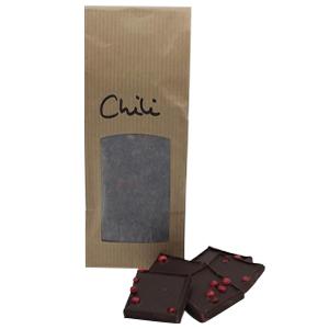 Feine Zartbitter-Schokolade mit 66% Kakaoanteil, angenehmer Schärfe und dem Crunch der Rosa Beere.